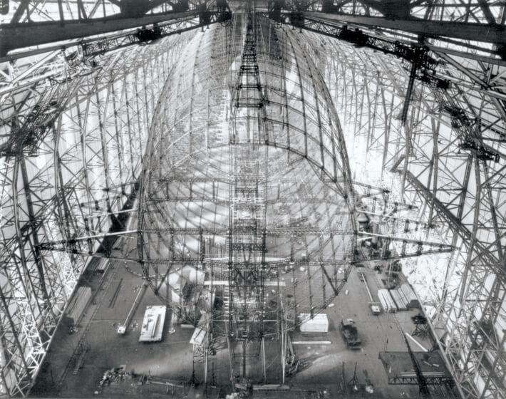Zeppelin Hindenburg in der Montagehalle